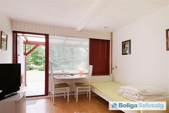 Lejlighed 3 af de 5 ferielejligheder, med 2 senge, bad og toilet, TV, køleskab, kaffemaskine, elkedel og div. bestik og service...