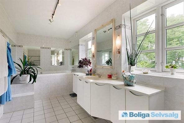 Badeværelse med stor spa i stueetage i det nye stuehus