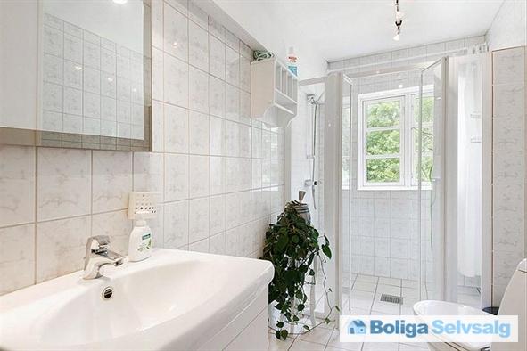 Bad og toilet i det gamle stuehus