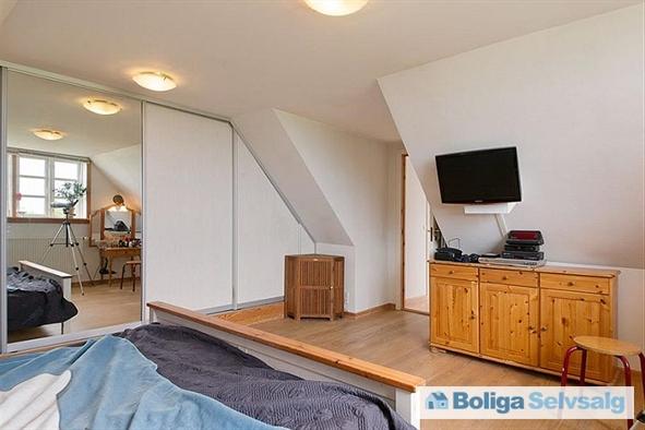 Soveværelse med walking closet på 1.sal i det nye stuehus