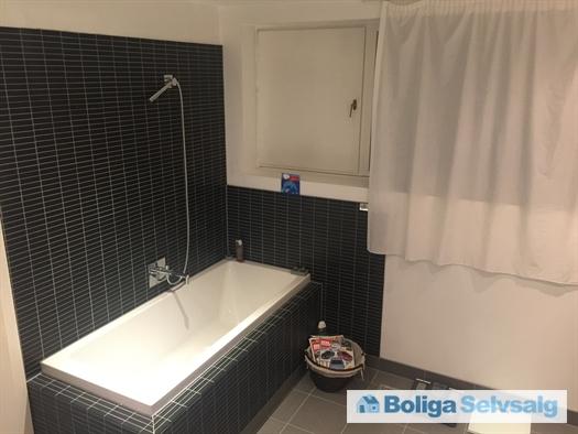 Forældrebadeværelse i stueetage
