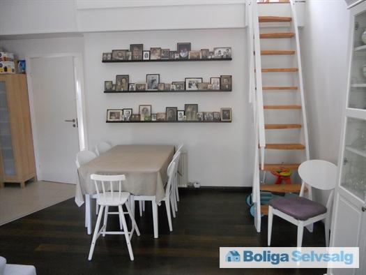 Stue med trappe til hems