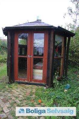 Lille hytte ved vandet, som man kan sove i om sommeren.
