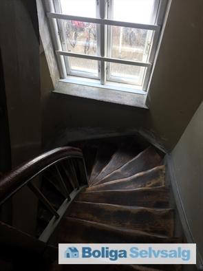 Bagtrappe ned til gårdhaven