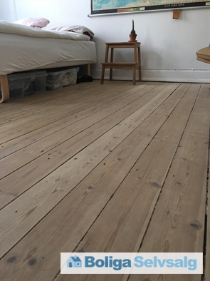Flot og velholdt plankegulv i begge værelser samt entre