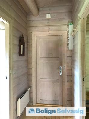 Hoveddøren med indgang til entre.