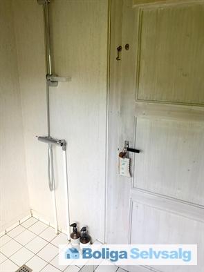 Badeværelse med bruser.