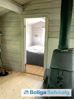 Stuen med brændeovn, og kig ind til soveværelse nr. 3.