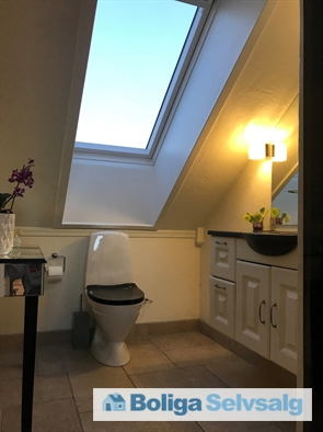 Badeværelset på 1 sal. Det sorte til højre er glasdøren indtil brusenichen.