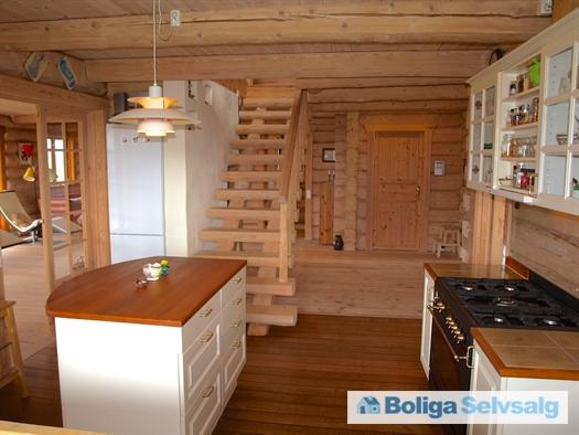 Køkken, hall og trappe til 1. sal